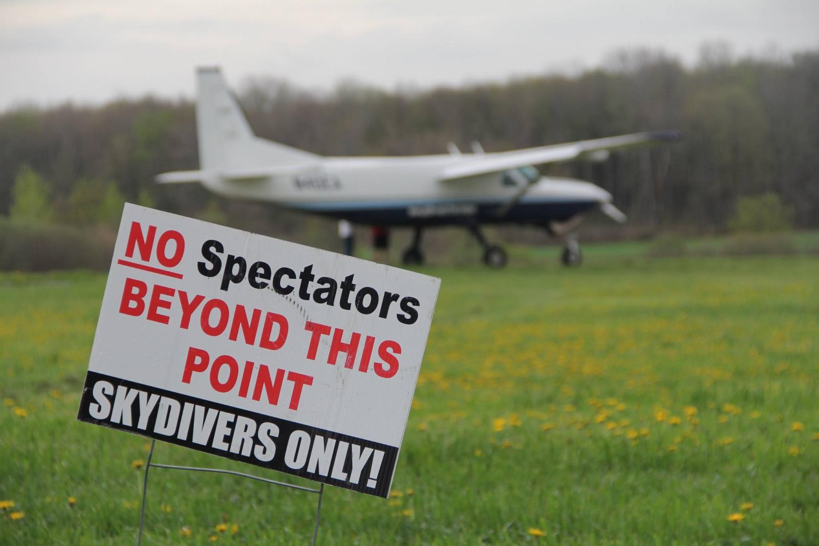 Caravan with Spectators sign.jpg